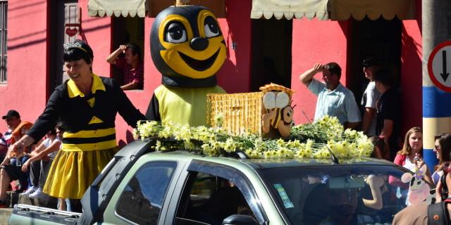 Abelinha no desfile da Festa.